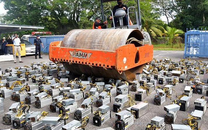 Malezya'da Bitcoin madenciliğinde kullanılan cihazlar silindirle imha edildi