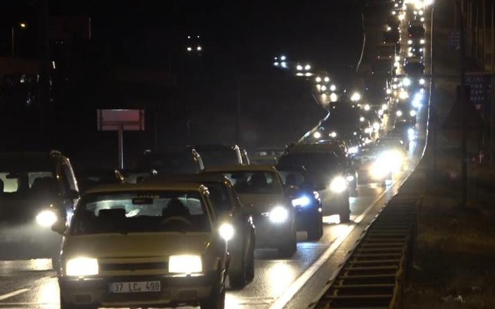 Tatilciler erken dönüşe geçti: 43 ilin geçiş güzergahında trafik yoğunluğu