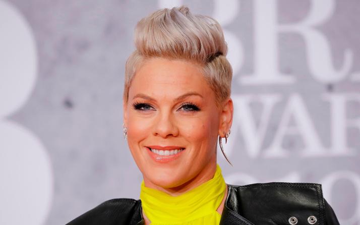 Şarkıcı Pink bikini yerine şort giyen Norveçli kadın sporcuların cezasını ödeme teklifinde bulundu