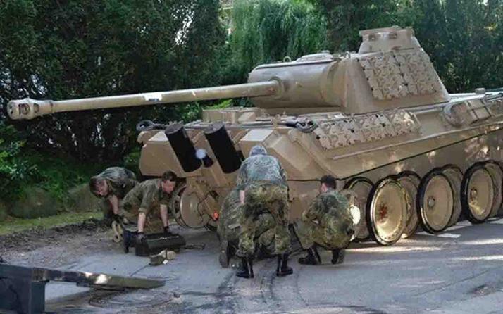Almanya'da 2. Dünya Savaşı'ndan kalma tank, yaşlı adamın evinin bodrumundan çıktı
