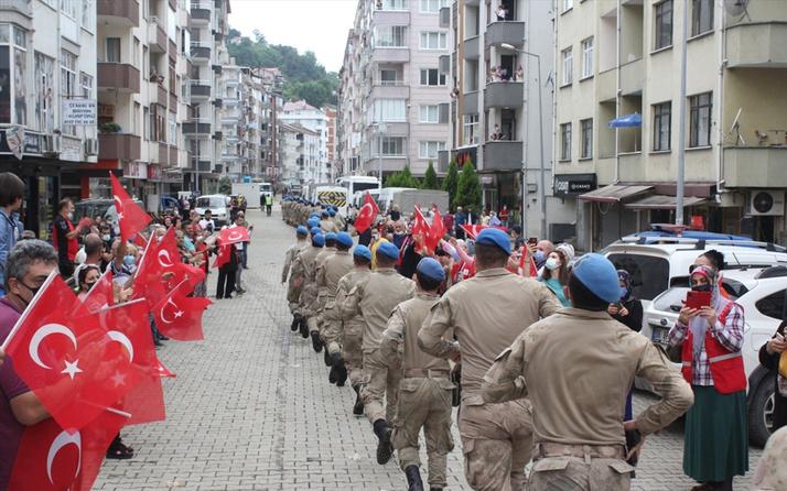 Arhavi'deki selde görev yapan jandarmalar ilçeden bayraklarla uğurlandı