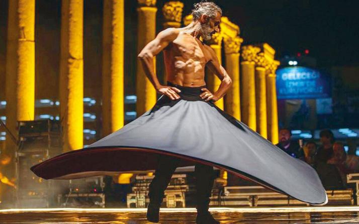 İzmir Büyükşehir Belediyesi'nin töreninde yarı çıplak semazen ney ve oyun havasında dans etti