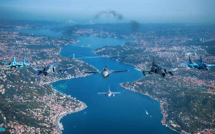 MSB, Türkiye ve Azerbaycan uçaklarının İstanbul Boğazı'ndaki uçuşunun fotoğraflarını paylaştı
