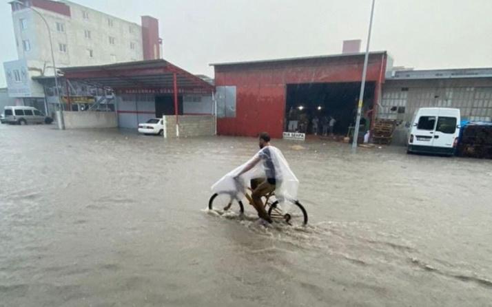 Hatay'da sağanak cadde ve sokaklar göle döndü