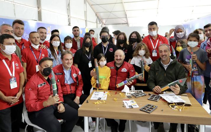 Bakan Mustafa Varank TÜBİTAK SAGE'nin TEKNOFEST'teki atölyesinde gençlerle roket tasarladı