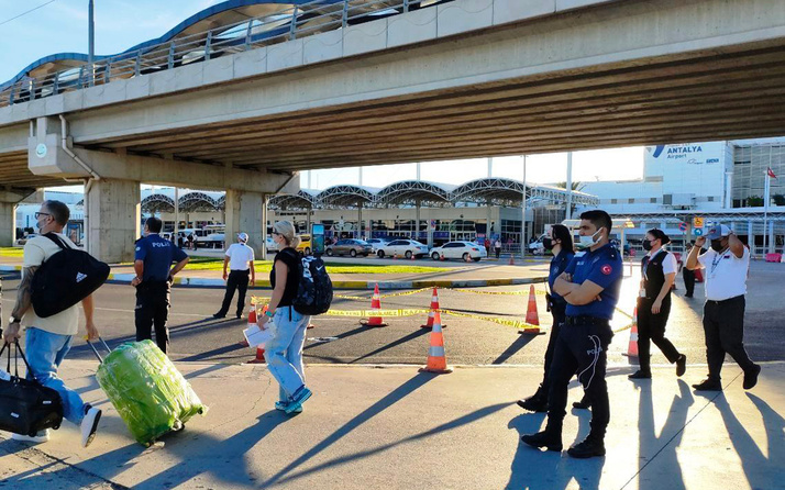 Antalya Havalimanı'nda Finlandiyalı turist köprüden atlayarak intihar etti