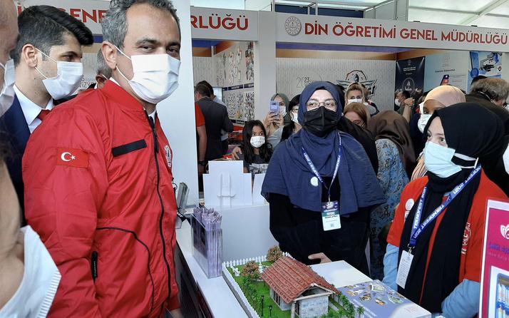 Milli Eğitim Bakanı Mahmut Özer Şehit Ayşe Aykaç Anadolu İmam Hatip'in standını ziyaret etti