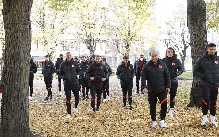 A Milli Futbol Takımı Letonya maçı öncesinde Riga'da yürüyüş yaptı