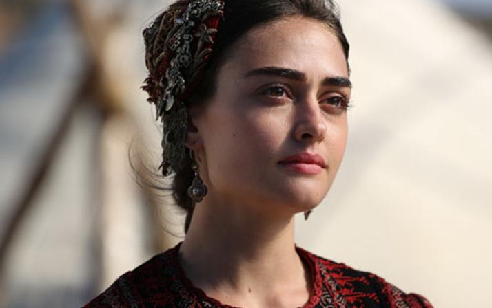 Ertuğrul Diriliş'in güzeli Esra Bilgiç'in ikizi bulundu!