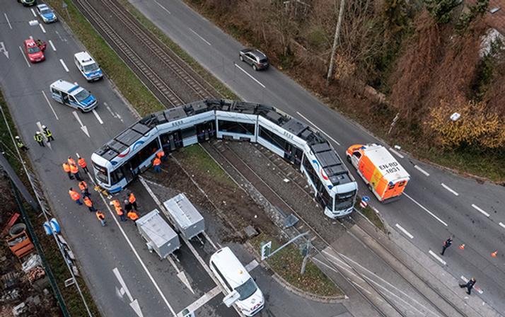 Kamyon ile tramvay çarpıştı: Çok sayıda yaralı var!