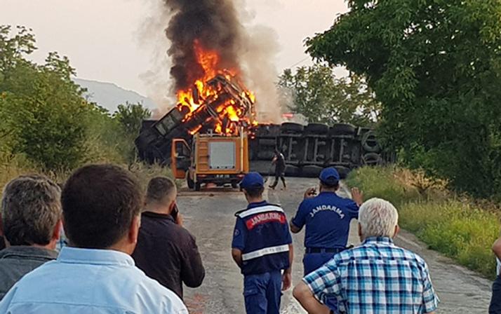TIR devrilerek yandı: Müdahaleye giden itfaiye kaza yaptı!