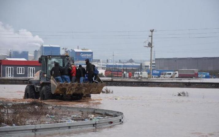 Akhisar'da dere taştı; İstanbul-İzmir yolu su altında kaldı