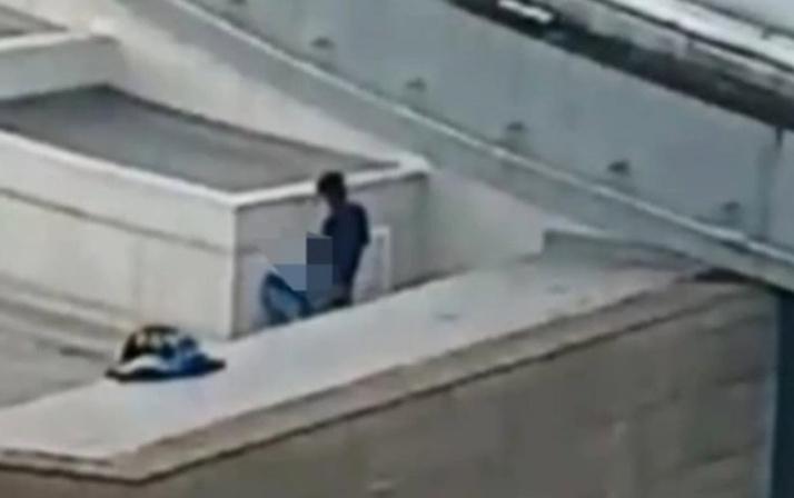 AVM'de rezalet! Çatıda cinsel ilişkiye girdiler Onlarca kişi karşı binadan izledi