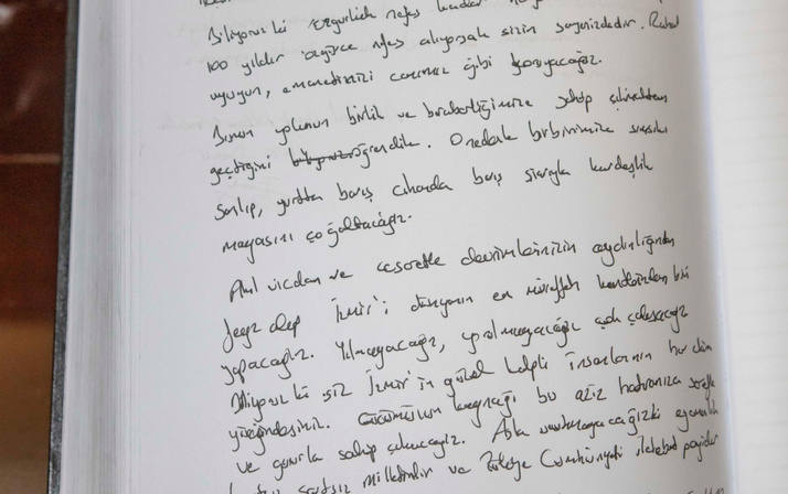 İzmir Büyükşehir  Belediye Başkan Soyer Anıtkabir'i ziyaret etti Deftere ne yazdı