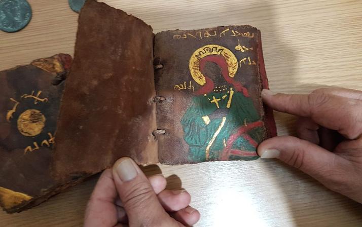 Adana'da ceylan derisi üzerine altın işlemeli tarihi İncil ele geçirildi