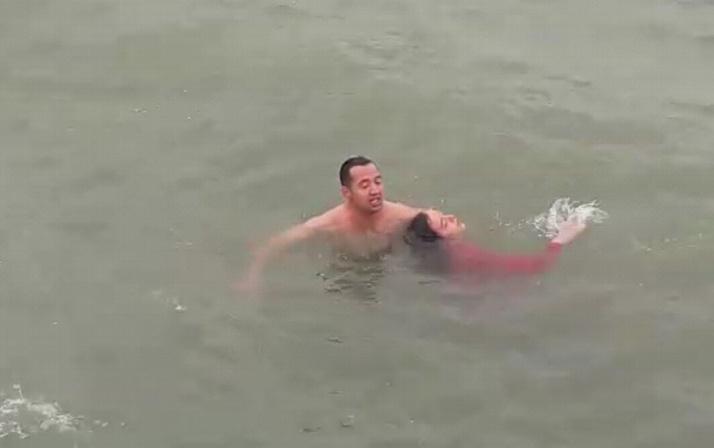 Samsun'da denize atlayan genç kızı polis kurtardı