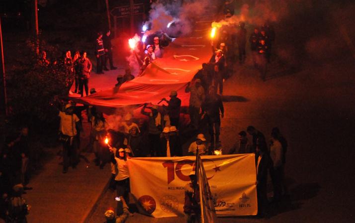 Üniversiteliler 300 metrelik Türk bayrağı ile meşaleli yürüyüş yaptı