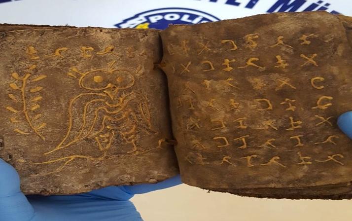 Mersin'de polis ekipleri bir evde yaptığı aramada 2 el yazması tarihi kitap ele geçirdi