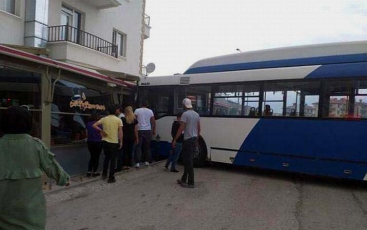 Ankara'da belediye otobüsü kafeye daldı