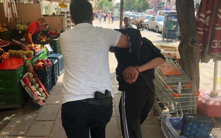 Cinsel içerikli kartları sokaklara atan genç polisten kaçamadı