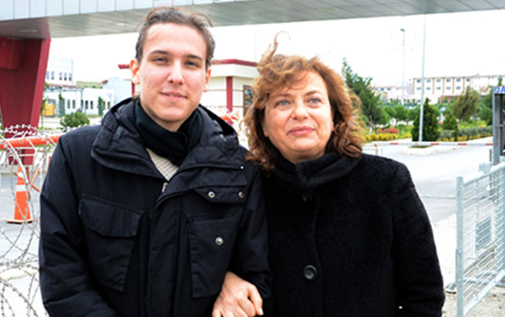 Pasaportuna el konulan Can Dündar'ın eşi Dilek Dündar, yurt dışına çıktı