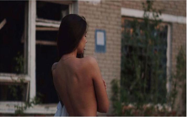 Çernobil'de iç çamaşırlı fotoğrafı tepki almıştı! Tepkilere üstsüz fotoğrafla cevap verdi