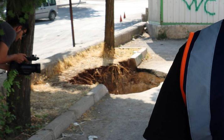 Gaziantep'te sokakta yürüyenler ne olduğunu anlamadı! Bir anda çöktü
