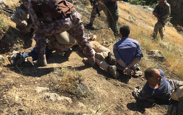 Teröristlerin yakalanma anına ait yeni fotoğraflar çıktı