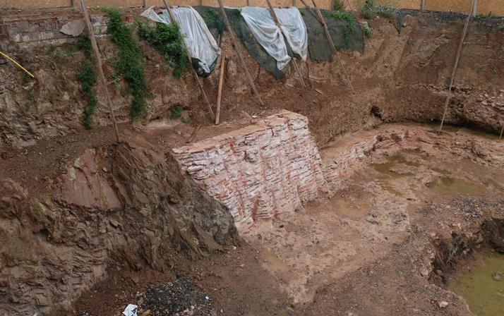 Kadıköy'de inşaat kazısı sırasında bulundu inşaatta çalışmalar durduruldu