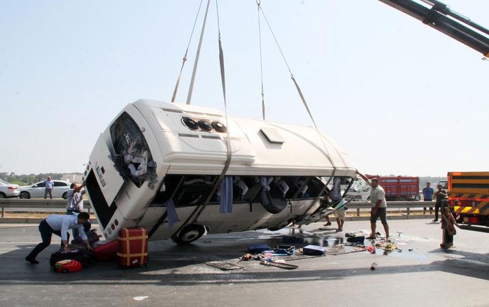 Antalya'da midibüs devrildi! Çok sayıda yaralı turist var