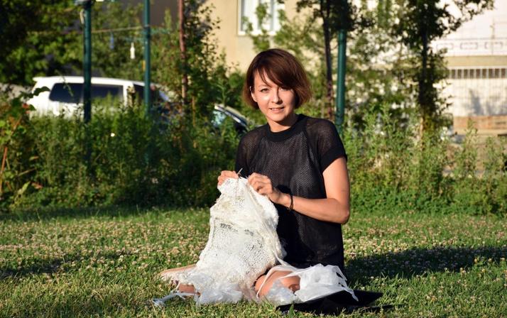 Çöplerden topladığı poşetlerle bakın neler yapıyor!