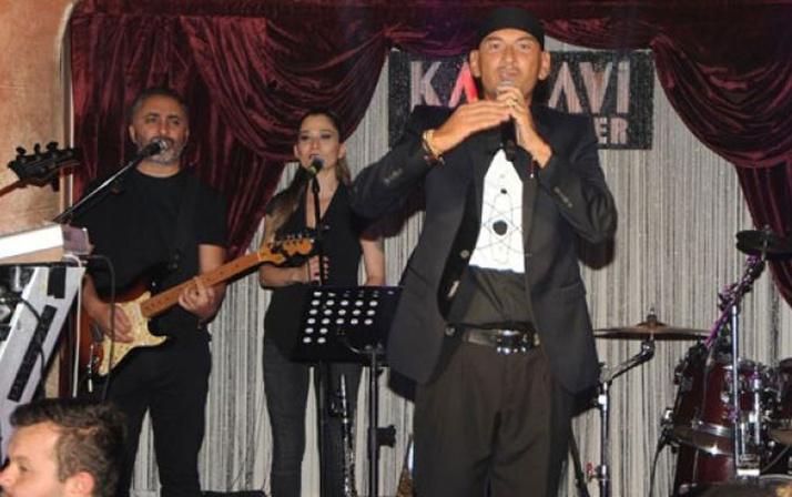 Havalimanında uçağı rötar yaptığını öğrenen şarkıcı Altay bakın ne yaptı