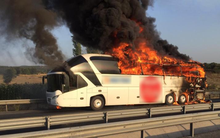 Son dakika: Manisa'da seyir halindeki otobüs yandı. ile ilgili görsel sonucu
