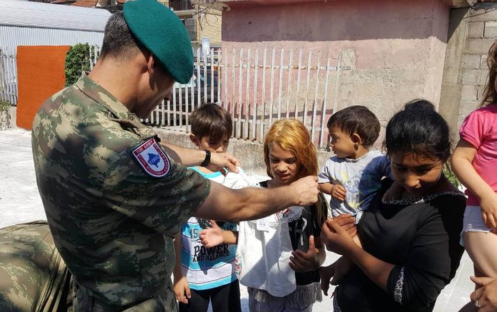 Türk askeri, Kosovalı çocukların yüzünü 'bayramlık' ile güldürdü
