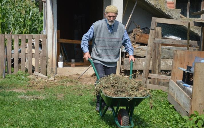 104 yaşında bir delikanlı! Gençlere taş çıkartıyor