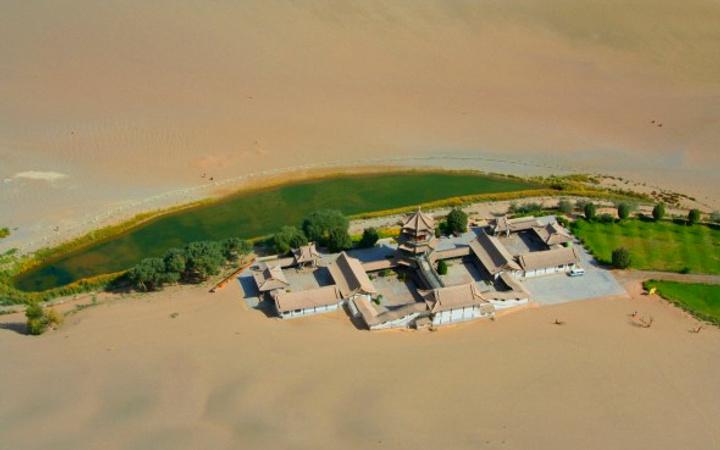 Çölün ortasında 2000 yıllık göl! Hayrete düşüren vaha..