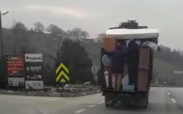 Eşya yüklü kamyonetin arkasında tehlikeli yolculuk!