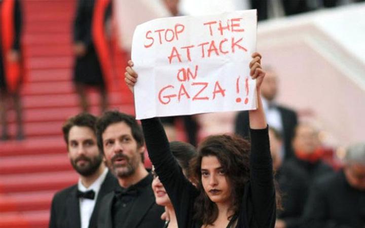 Dünyaca ünlü oyuncu Cannes'da Filistin için pankart açtı!