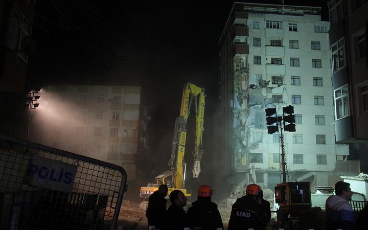 Kartal'da riskli binanın yıkımına başlandı!
