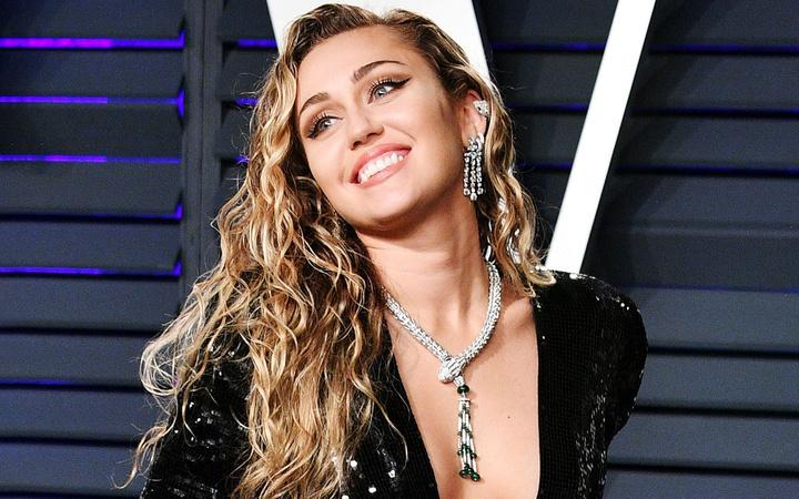Miley Cyrus iyice abarttı çırılçıplak pozu ortalığı kasıp kavurdu!