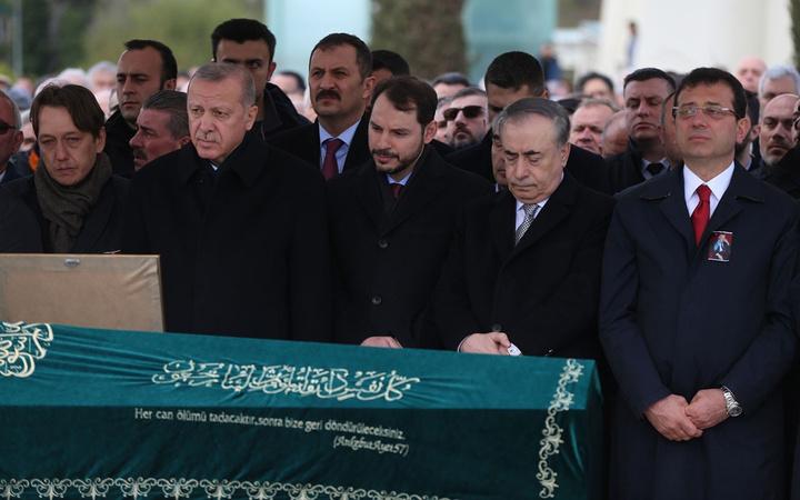 Cumhurbaşkanı Erdoğan'la Ekrem İmamoğlu aynı cenazede saf tuttular