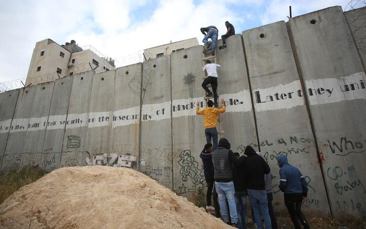 Mescid-i Aksa'ya ulaşmak için duvarı tırmandılar