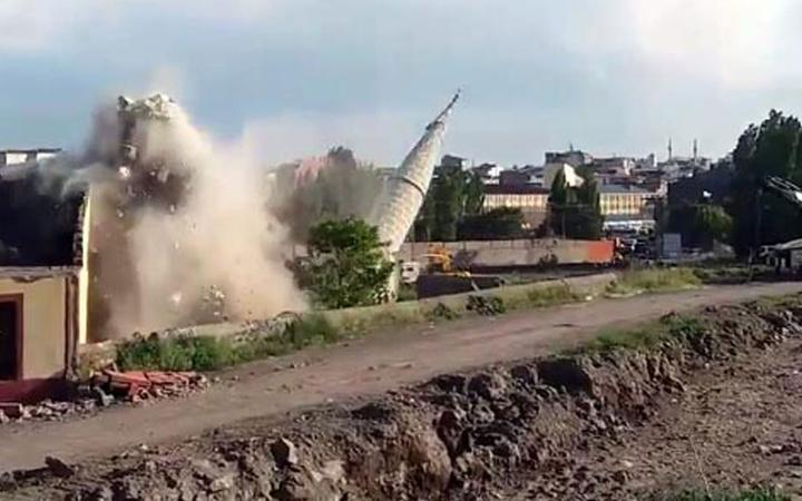 Kars'taki Bayrampaşa Cami'nin minaresinin yıkılma anı kamerada
