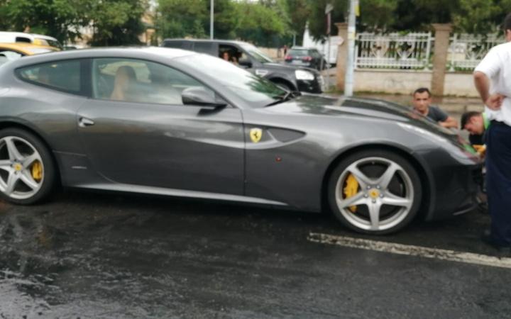 Caddebostan'da milyon liralık Ferrari su birikintisinde böyle mahsur kaldı