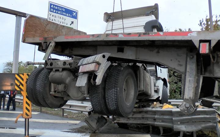 İstanbul Bakırköy'de TIR bariyerde asılı kaldı