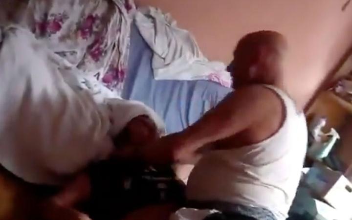 Tuğba'nın videosu şok etti! Öz babası kızının üstüne çıkıp sapıklık yapıyor