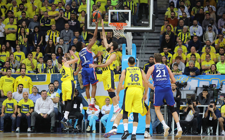 Anadolu Efes nefes kesen derbide Fenerbahçe'yi devirdi