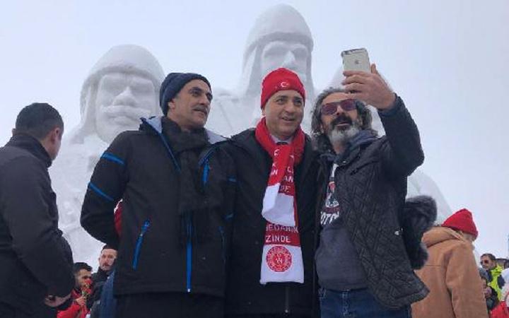 Şehit Mehmetçiklerin kardan heykellerine yoğun ilgi! Bakanlar da oradaydı