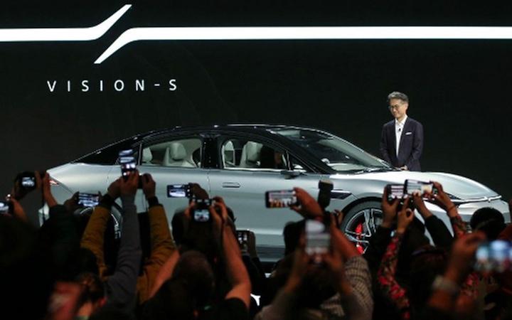 Sony oyun konsolunu tanıttıktan sonra elektrikli otomobille herkesi şaşırttı!