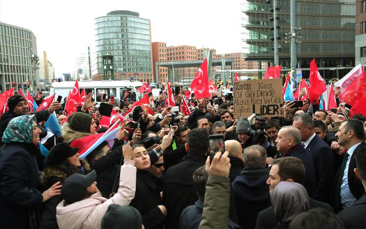 Cumhurbaşkanı Erdoğan Berlin'deki gurbetçilerden sevgi gösterileriyle karşılandı!
